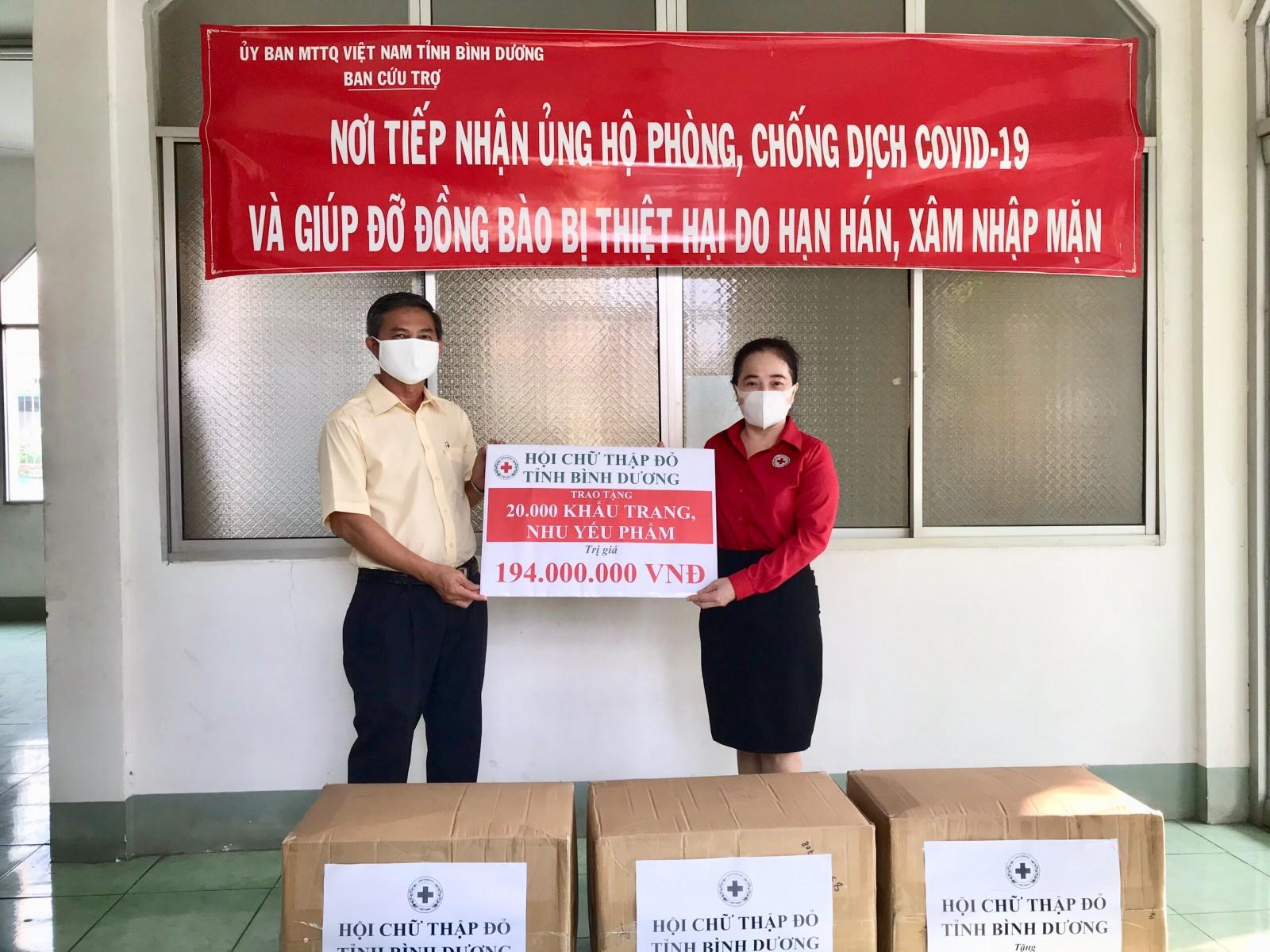 Hội Chữ thập đỏ tỉnh: Trao tặng khẩu trang và nhu yếu phẩm