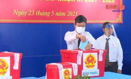 Chủ tịch HĐND tỉnh tham gia bỏ phiếu tại phường Hiệp Thành, TP.Thủ Dầu Một