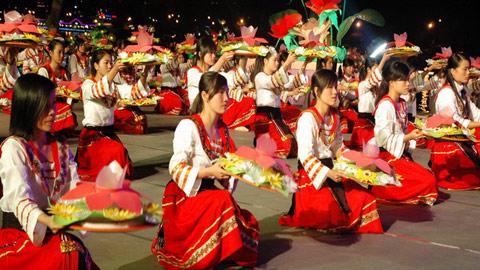 1.000 diễn viên tham gia trình diễn trong lễ khai mạc Festival hoa Đà Lạt 2010.