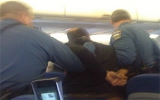 Máy bay hạ cánh khẩn cấp vì hành khách say xỉn