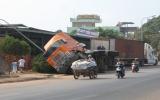 Tránh xe máy, một xe container lật nhào