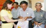 100 hộ gia đình cựu chiến binh nghèo nhận quà tết