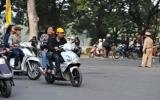 Hà Nội: Cảnh sát hóa trang bắt người không đội mũ bảo hiểm