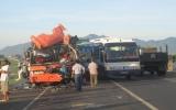 Xe chở nhân viên đi du lịch húc nhau, 19 người bị thương