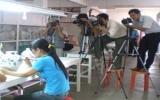 CLB nhiếp ảnh Bình Dương tác nghiệp chuẩn bị triển lãm nghệ thuật về gốm sứ