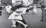 Cô gái trong 'nụ hôn ở quảng trường Thời đại' qua đời