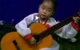 Cô bé chơi đàn guitar điêu luyện