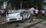 Tàu hỏa đâm trực diện taxi làm ba người tử vong