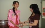Trao tiền bạn đọc giúp đỡ cho chị Nguyễn Thị Hằng