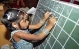 Bé gái 4 tuổi viết được 13 thứ tiếng bằng hai tay