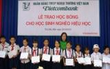 Trao 50 suất học bổng cho học sinh nghèo hiếu học