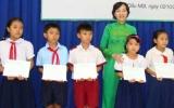 Khuyến học: Nghĩa cử đẹp trợ giúp các em đến trường...