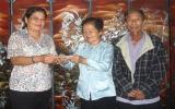Một gia đình chính sách ủng hộ đồng bào bị lũ lụt miền Trung 30.000.000 đồng