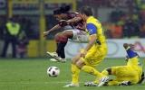 Hàng công chói sáng đưa Milan lên ngôi đầu bảng