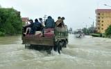 Lật xe khách giữa mưa lũ, 20 người mất tích