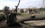 Lốc xoáy phá nát mái trường học