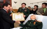 Đại tướng Võ Nguyên Giáp nhận huy hiệu 70 năm tuổi Đảng