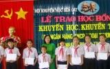 """Vietcombank Bình Dương: Trao 34 suất học bổng """"Khuyến học - Khuyến tài"""" cho học sinh nghèo Bến Cát"""