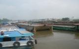 Hàng trăm xà lan mắc kẹt trên sông Sài Gòn