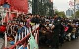 Hàng vạn khán giả đội mưa chờ mua vé bán kết AFF