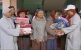 Tặng quà cho người nghèo tỉnh Bình Định