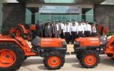 Công ty TNHH Kubota Việt Nam tặng 5 máy cày cho Hội nông dân tỉnh