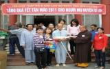 Tặng quà người mù, người nghèo huyện Dĩ An, Thuận An