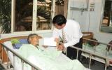Lãnh đạo tỉnh tặng quà tết cán bộ, nhân viên y tế và bệnh nhân tại bệnh viện