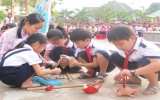 Liên đội trường Tiểu học An Phú, Tx.Thuận An: Phát huy tinh thần giúp bạn đến trường