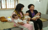 Phó Chủ tịch nước Nguyễn Thị Doan: Thăm, tặng quà cho các cháu ở Trung tâm Nhân đạo Quê Hương