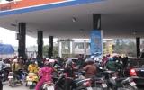 Tin đồn tăng giá, người dân chen lấn mua xăng, dầu