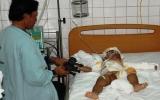 Cháu bé 3 tuổi bị bỏng nặng cần giúp đỡ