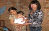 Trao tiền bạn đọc ủng hộ chị Bùi Thị Xoan