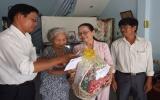 Phường An Phú tặng quà cho gia đình chính sách