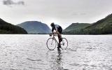 Đạp xe trên hồ sâu 23 mét