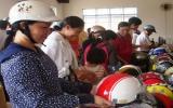 Nông dân được đổi mũ bảo hiểm cũ lấy mới