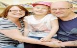Bé gái cười liên tục ba tuần sau khi mổ não