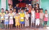 Nhóm từ thiện Hoa Tình Thương tiếp sức học sinh nghèo đến trường