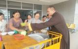 Phát cháo tình thương cho bệnh nhân nghèo