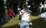 Vỡ bờ bao, hàng chục hộ dân ngập trong nước