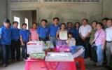 Trao tặng nhà nhân ái cho thanh niên và người nghèo