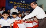 Lãnh đạo tỉnh tặng quà Trung thu cho trẻ em nghèo