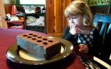 Bé gái 3 tuổi nghiện ăn gạch và bóng đèn