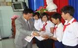 Hiệp hội doanh nghiệp Hàn Quốc tặng quà cho đối tượng chính sách huyện Phú Giáo