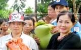 Nghệ sĩ Phượng Nga tặng quà cho bà con nghèo ở An Giang
