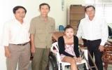 Báo Bình Dương trao tặng xe lăn cho em Hoàng Phương Thảo