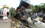Xe container tông ôtô khách, 10 người chết cháy