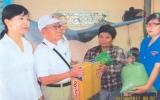 Bác Huỳnh Văn Ráng tặng quà cho người nghèo