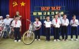 Hội CTĐ phường Bình Chuẩn (TX.Thuận An) trao quà cho học sinh khó khăn