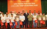 """Prudential trao tặng bảo hiểm Phú - An Tâm cho 100 """"hiệp sĩ đường phố"""""""